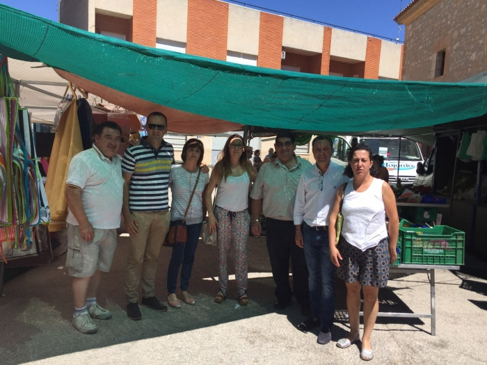 22-06-2016: Mesa informativa en Casas de Juan Núñez, con el coordinador y alcalde de Mahora, Antonio Martínez y el candidato al Congreso Fermín Gómez.