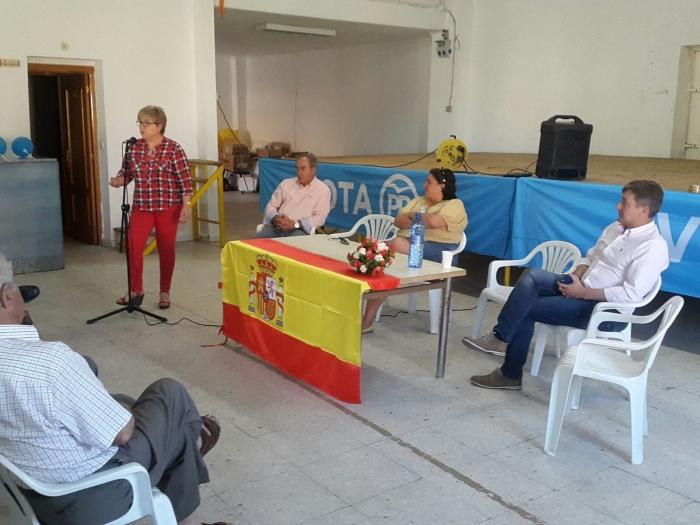 19-06-2016: La secretaria provincial del PP, Cesárea Arnedo, pidió el voto para el PP en la reunión con afiliados de Corral Rubio.