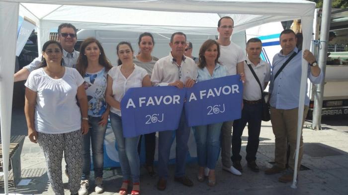 15-06-2016: Mesa informativa del PP de Hellin en el mercadillo semanal, con presencia de la candidata al Senado, Rosario Rodríguez.
