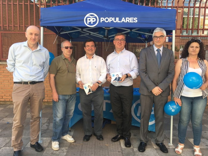 21-06-2016: Los candidatos Marcial Marín y Francisco Molinero, en la mesa informativa instalada en el Colegio Diego Velázquez de la calle Julio Carrilero, de Albacete.