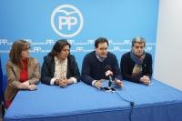 04-03-2016: Paco Núñez mantuvo una reunión de trabajo con la junta local del PP de Almansa, a la que asistió la secretaria provincial, Cesárea Arnedo.