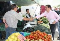 10-05-2015: Javier Cuenca visita el mercado de Aguas Nuevas.
