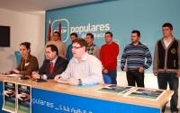 20-12-2012: El presidente del PP de Albacete, Francisco Núñez, la presidenta regiona de NNGG, Cristina Molina, y el presidente provincial de NNGG, Max Monasor, acompañados por varios miembros de Nuevas Generaciones presentando la campaña 'Populares Solidarios'