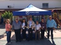 16-06-2016: Mesa informativa del PP en Fuenteálamo, con los candidatos al Senado Rosario Rodríguez y Marcial Marín, junto a concejales del municipio y simpatizantes del PP.