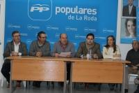 23-11-2015: En La Roda, con los cabezas de lista, Carmen Navarro y Vicente Aroca.