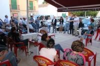 11-05-2015: Paco Núñez se reúne con los vecinos de Santiago de Mora, en la plaza de la Iglesia.