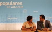 24-07-2012: La secretaria provincial, Cesárea Arnedo y el presidente del PP, Francisco Núñez, en la sede provincial.