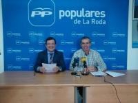 28-10-2015: Los parlamentarios Francisco Molinero y Vicente Aroca destacaron en La Roda el trabajo de Rajoy para garantizar las pensiones de 71.000 albacetenses.