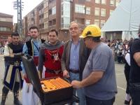01-05-2015: González Pons y Francisco Núñez, en la primera mascletá de las Fiestas Mayores de Almansa.