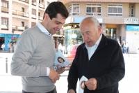 08-05-2015: Javier Cuenca participa en una mesa informativa en Villacerrada.