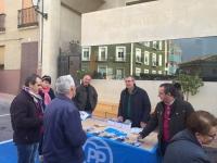 07-12-2015: Mesa informativa del PP en el Mercadillo de Ontur, con presencia del cabeza de lista al Senado, Vicente Aroca.