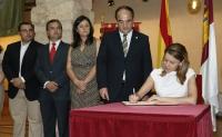 24-07-2013: Cospedal firmando el Libro de Honor en el Ayuntamiento de Villarrobledo.