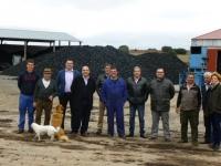 09-04-2014: El vicepresidente tercero de la Diputación Provincial y alcalde de Villarrobledo, Valentín Bueno, ha visitado una destilería de Ossa de Montiel acompañado por algunos afiliados del PP.