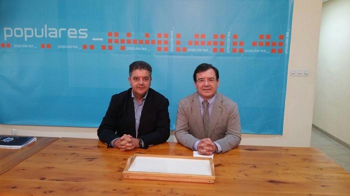 Paco Molinero denunció los incumplimientos de Page durante una visita a la sede del PP de Hellín.