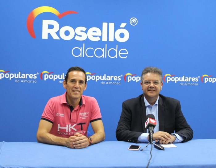 Mateo Torres y Juan Antonio Moreno, en la sede del PP de Almansa.
