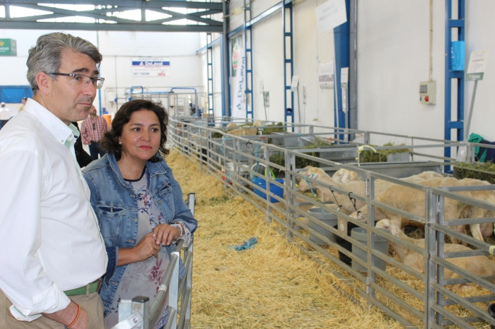 Cesárea Arnedo, junto a Javier González, presidente de la Junta Local del PP de La Roda y ganadero.
