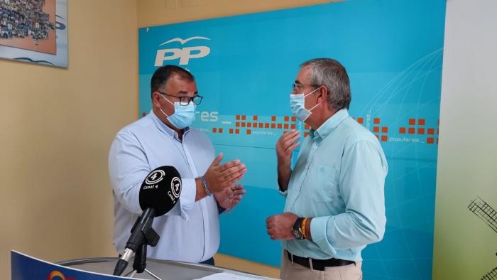Bernardo Ortega y Vicente Aroca, en la sede del PP de Villarrobledo.