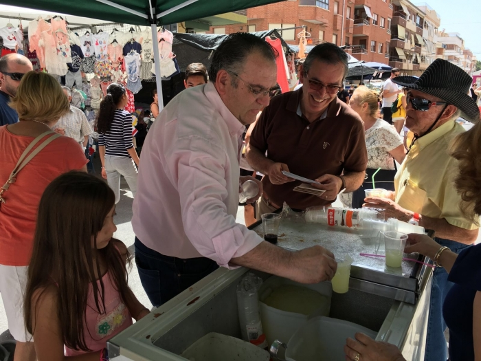 Vicente Aroca, en el mercadillo de Caudete, junto a José Miguel Mollá.