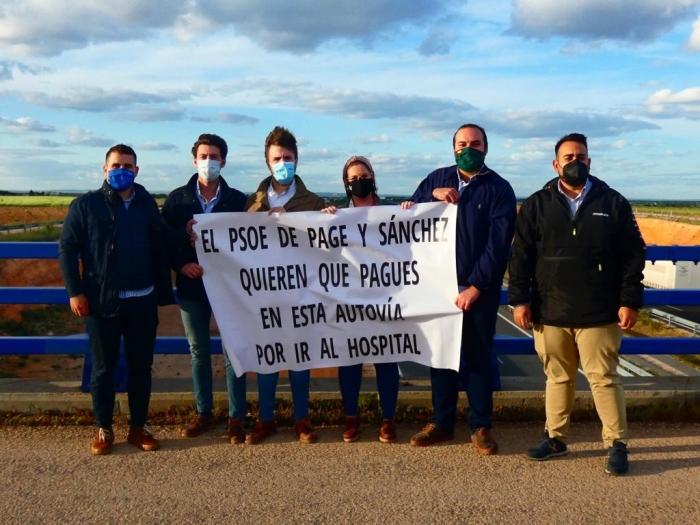 El presidente de NNGG de Albacete, Juan Carlos González, denuncia el pago de peajes por el uso de autovías en su visita a Villarrobledo