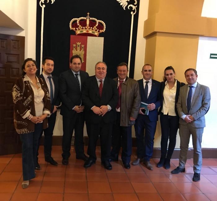 Los alcaldes de Minaya, Ontur y Caudete, junto a los diputados regionales del PP por Albacete y el secretario general de PP-CLM, Vicente Tirado.