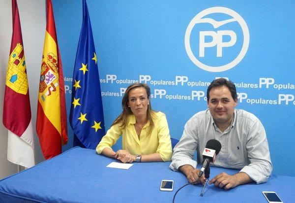 Carmen Navarro y Francisco Núñez, en la sede de Almansa.