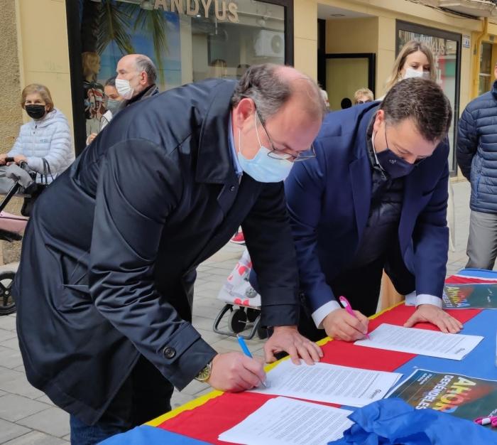 Manuel Serrano y el alcalde de Almansa, Javier Sánchez Roselló firman el escrito de apoyo a las Fuerzas y Cuerpos de Seguridad del Estado