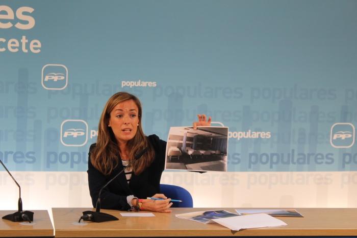 Carmen Navarro muestra fotografías del Hospital Comarcal de Hellín.