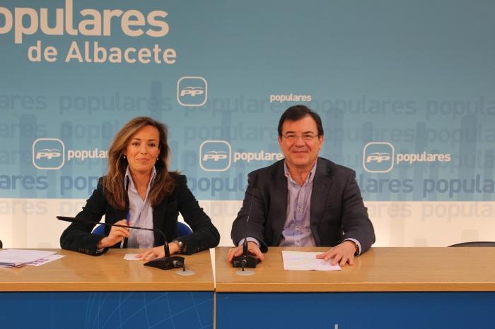 Carmen Navarro y Francisco Molinero, durante la rueda de prensa del proyecto de PGE 2017.