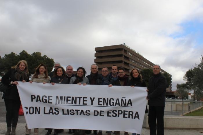 Arnedo, junto a cargos públicos del PP, en las puertas del Hospital General de Albacete.
