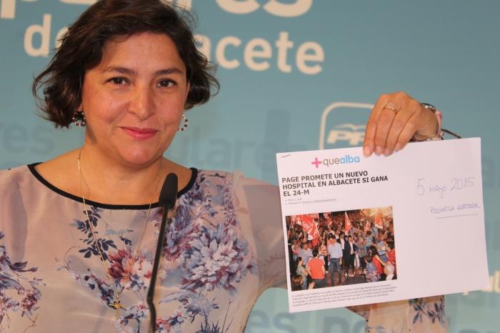 Aranedo muestra un titular de prensa de 2015, en el que Page anuncia el nuevo Hospital para Albacete.