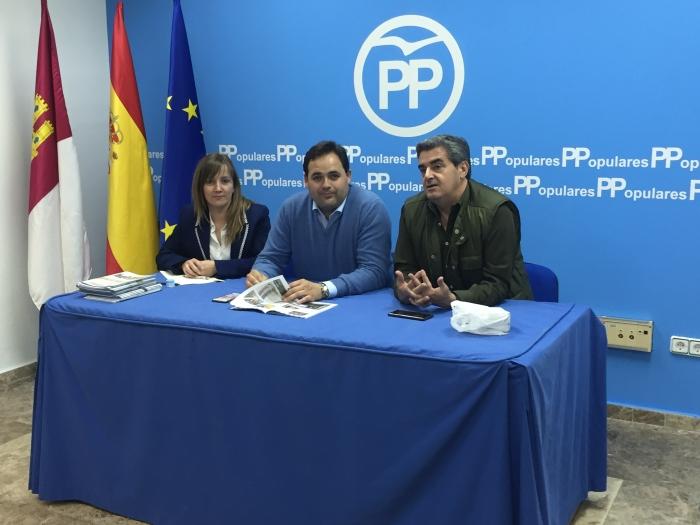 Paco Núñez, junto a Tania Andicoberry y Ramón Rodríguez en la junta local del PP de Almansa.