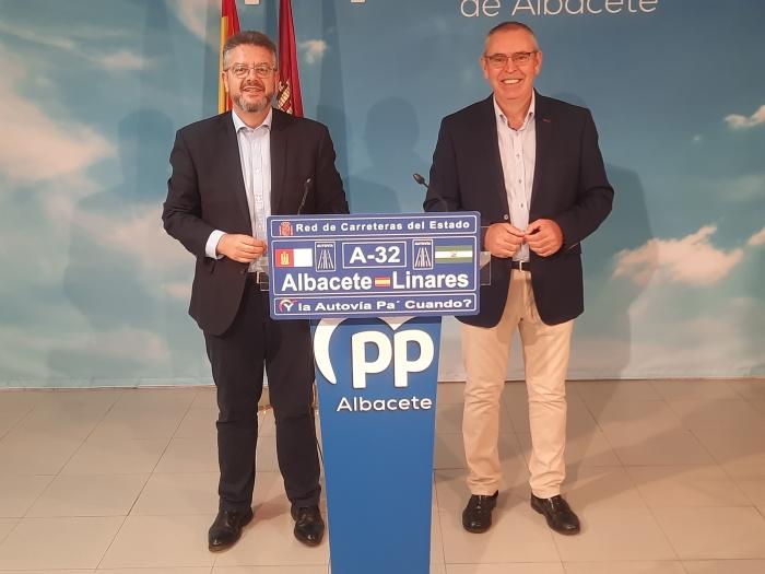 Juan Antonio Moreno y Vicente Aroca, en la sede provincial del PP.