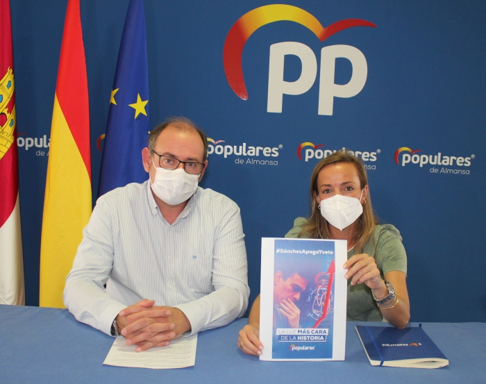 Javier Sánchez y Carmen Navarro, en la sede del PP de Almansa.