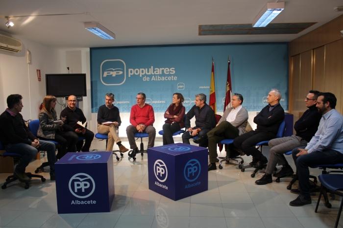 Mesa abierta con afiliados en la sede del PP de Albacete.