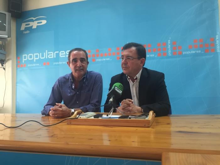 Manuel Mínguez y Paco Molinero, en la sede del PP de Hellín.