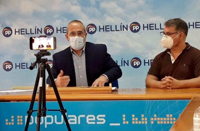 Paco Vizcaíno, junto a Manuel Serena, en la sede del PP de Hellín.