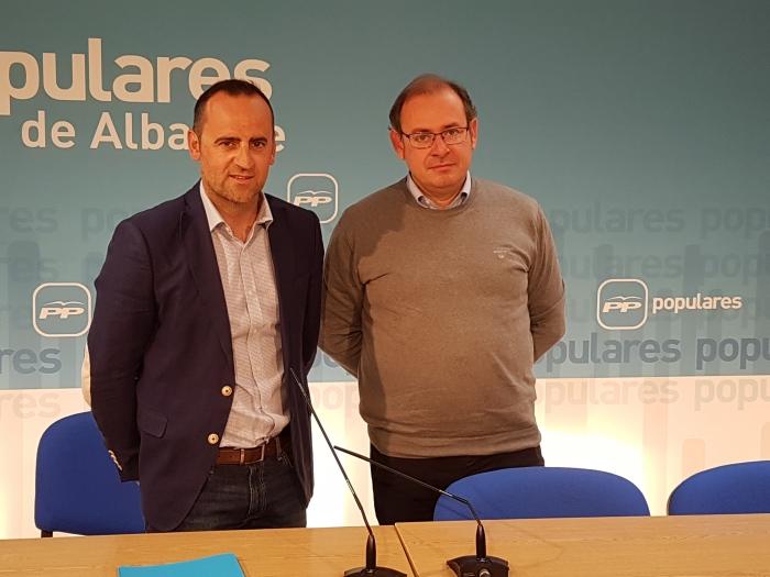 Fermín Gómez y Javier Sánchez, en la sede provincial del Partido Popular.