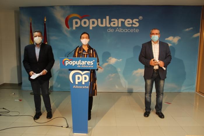 Juan Antonio Moreno, Ana Guarinos y Vicente Aroca, en la sede del PP de Albacete.