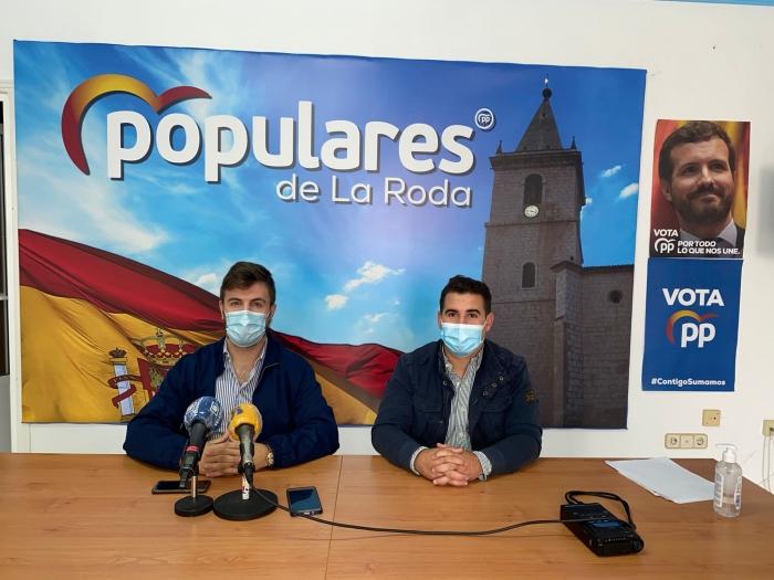 Sergio Jiménez y Juan Carlos González, durante la rueda de prensa en la sede del PP de La Roda.