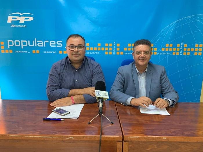Bernardo Ortega y Juan Antonio Moreno, en la sede del PP de Villarrobledo.