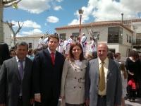 La senadora Belén Torres y el portavoz del PP de Lezuza Antonio González, junto con el resto de concejales del partido.