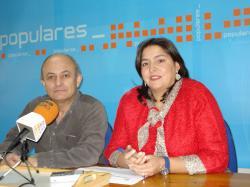 Alonso Pérez y Cesárea Arnedo, en la sede del PP de Hellín.