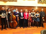 En la foto Carmen Bayod junto a los jóvenes valores y el Director de la Orquesta Sinfónica del Conservatorio Fermín Navarrete García.