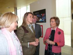 Cospedal visita una exposición de Manos Unidas en Albacete.