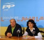 Delfina Molina, acompañada por el presidente local del PP en La Roda, Francisco Blasco.