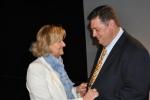En la fotografía Carmen Bayod junto al presidente regional.