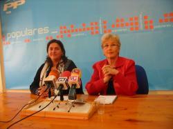 La diputada regional, Cesárea Arnedo y la concejal del PP de Hellín, Marisefa Andújar