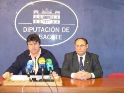 El portavoz popular, Antonio Serrano y el diputado provincial, Fidel-Reyes Aparicio durante la rueda de prensa