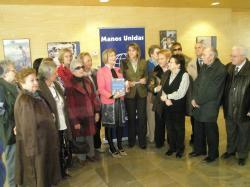 María Dolores Cospedal, con los voluntarios de Manos Unidas.