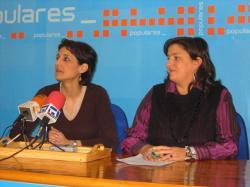 Sonia Martínez y Cesárea Arnedo, en la sede del PP en Hellín.